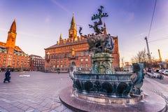 02 december, 2016: De fontein door het Stadhuis van Kopenhagen, Stock Foto's