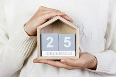 25 december in de kalender het meisje houdt een houten kalender Tweede kerstdag, St Stephen Dag Stock Fotografie