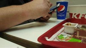 03 december, de lunch van de Oekraïne Kiev van 2017 in het restaurant van KFC, de familie dineert Frieten stock footage