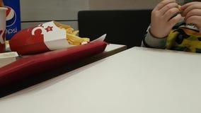03 december de lunch van de Oekraïne Kiev van 2017 in het restaurant van KFC de familie dineert Frieten stock videobeelden