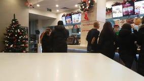 03 december, de lunch van de Oekraïne Kiev van 2017 in het restaurant van KFC i stock footage