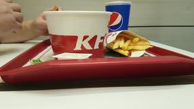 03 december, de lunchsnack van de Oekraïne Kiev van 2017 in het restaurant van KFC stock video