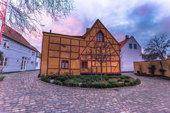03 december, 2016: Een geel oud huis in de oude stad van Helsing Royalty-vrije Stock Fotografie