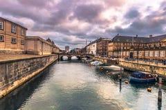 December 05, 2016: Fartyg på en kanal i Köpenhamnen, Danmark Royaltyfri Fotografi