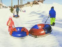 December 2009 Flicka som sledding på en snökulle Royaltyfri Bild