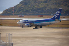 19 december 2015 flygplats Nagasaki japan All Nippon Airways ANA flygplan i flygplats Royaltyfri Bild