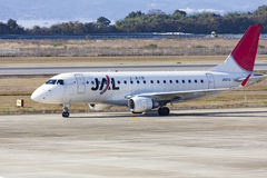 19 december 2015 flygplats Nagasaki japan Jal-flygplan JA211J i airp Arkivfoton