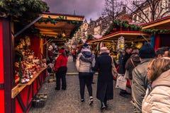 December 05, 2016: Folket på julen marknadsför i central snut Fotografering för Bildbyråer