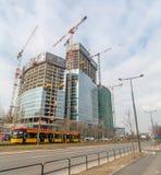 december gammal poland town warsaw Februari 18, 2019 Konstruktion av en ny skyskrapa Sikt av byggnaden fr?n v?gen Konstruktionskr arkivfoto