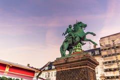 02 december, 2016: Het monument van een middeleeuwse strijder in centraal biedt het hoofd Stock Afbeelding