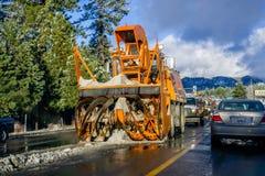 25 december, het Zuidenmeer Tahoe van 2018 - het materiaal die van de Sneeuwverwijdering de dag na een sneeuwonweer werken royalty-vrije stock fotografie