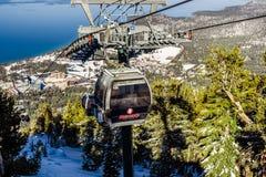 26 december, het Zuidenmeer van 2018 Tahoe/CA/de V.S. - de Hemelse Gondels van de skitoevlucht op een zonnige dag stock fotografie