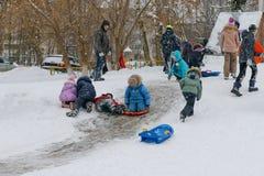 18 december, 2016: Kinderen die onderaan de heuvels sledding Cheboksary Stock Fotografie