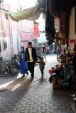 December 13, 2017, Medinaen, Fez, Marocko En familj som strosar till och med bakgatorna av Medinaen i Fez Royaltyfri Bild