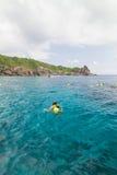 16,2013 december: Niet geïdentificeerd Toerisme bij het mooie strand Stock Afbeelding