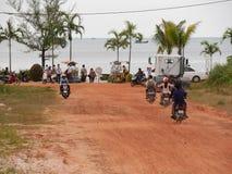 31 december 2016 otres sätter på land sihanoukville Kambodja, folk på sparkcyklar som kör till stranden Arkivfoton