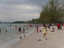 31 december 2016 otres sätter på land sihanoukville Kambodja, kambodjanskt folk på strandbadningen och den avslappnande ledaren Fotografering för Bildbyråer