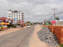 30 december 2016 otres sätter på land sihanoukville Kambodja, sätter på land den huvudsakliga gatan av små byotres med en bil- oc Royaltyfria Bilder