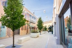 December 7, 2017 Palo Alto/CA/de V.S. - Steeg en banken in openluchtstanford shopping mall voor de betere inkomstklasse, de baai  royalty-vrije stock foto