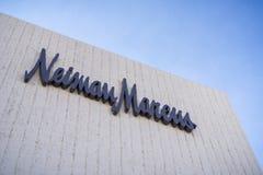 December 7, 2017 Palo Alto/CA/USA - Neiman Marcus logo på lagret som lokaliseras i den exklusiva öppna luften Stanford Shopping C fotografering för bildbyråer