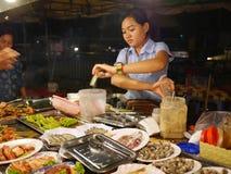 29 december 2016 Phnom Penh Kambodja, kvinna på den funktionsdugliga ledaren för nattmarknad Arkivfoton