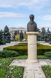 04 December 2015 Ploiesti Rumänien, staty av Nicolae Iorga Royaltyfri Foto