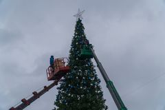 15 December 2017 Ryssland Staden av Domodedovo ashkhabad central fyrkant Arbetare hänger festliga bollar på stor stads- jul Royaltyfria Foton