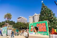 December 6, 2017 San Jose/CA/USA - parkerar skrivande in jul för folk i i stadens centrum skärm i plazaen de Cesar Chavez, Silico royaltyfria foton