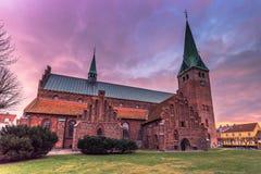 03 december, 2016: Schemering bij een kerk in Helsingor, Denemarken Stock Afbeeldingen