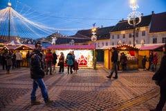 24 December 2014 SIBIU, ROEMENIË Kerstmislichten, Kerstmismarkt, stemming en mensen het lopen Royalty-vrije Stock Afbeelding