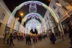 24 December 2014 SIBIU, ROEMENIË Kerstmislichten, Kerstmismarkt, stemming en mensen het lopen Stock Foto's