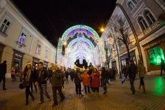 24 December 2014 SIBIU, ROEMENIË Kerstmislichten, Kerstmismarkt, stemming en mensen het lopen Royalty-vrije Stock Foto