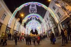 24 December 2014 SIBIU, ROEMENIË Kerstmislichten, Kerstmismarkt, stemming en mensen het lopen Stock Foto