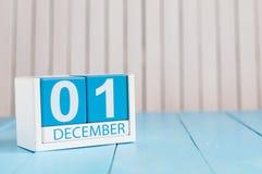 December 1st dag 1 av månaden, kalender på träbakgrund vinter för blommasnowtid Tomt avstånd för text Arkivfoto