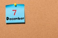 December 7th Dag 7 av månaden, kalender på korkanslagstavla vinter för blommasnowtid Tomt avstånd för text Arkivfoton