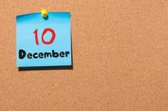 December 10th Dag 10 av månaden, kalender på korkanslagstavla vinter för blommasnowtid Tomt avstånd för text Fotografering för Bildbyråer