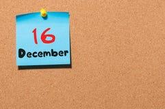 December 16th Dag 16 av månaden, kalender på korkanslagstavla vinter för blommasnowtid Tomt avstånd för text Royaltyfria Foton