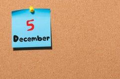 December 5th Dag 5 av månaden, kalender på korkanslagstavla vinter för blommasnowtid Tomt avstånd för text Royaltyfri Foto