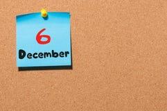December 6th Dag 6 av månaden, kalender på korkanslagstavla vinter för blommasnowtid Tomt avstånd för text Arkivbild