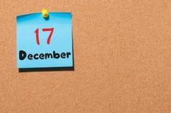 December 17th Dag 17 av månaden, kalender på korkanslagstavla vinter för blommasnowtid Tomt avstånd för text Royaltyfri Bild