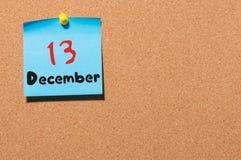 December 13th Dag 13 av månaden, kalender på korkanslagstavla vinter för blommasnowtid Tomt avstånd för text Arkivbilder