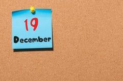 December 19th Dag 19 av månaden, kalender på korkanslagstavla vinter för blommasnowtid Tomt avstånd för text Royaltyfria Bilder