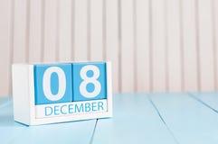 December 8th Dag 8 av månaden, kalender på träbakgrund vinter för blommasnowtid Tomt avstånd för text Royaltyfri Foto