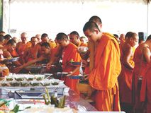 07 december 2018, Thep Khunakon Road, Na Mueang, Chachoengsao, Thailand, Monks recept alms at University for Monks royalty free stock photos