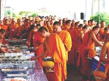 07 december 2018, Thep Khunakon Road, Na Mueang, Chachoengsao, Thailand, Monks recept alms at University for Monks stock images