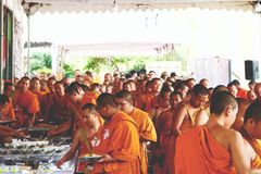 07 december 2018, Thep Khunakon Road, Na Mueang, Chachoengsao, Thailand, Monks recept alms at University for Monks stock photos