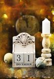 31 December träkalender, tappningjulbollar och antik klocka royaltyfria foton