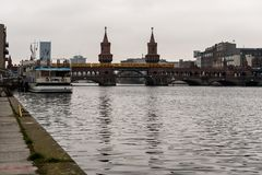 16 december 2017 tweelingtorens van Oberbaumbrucke, een rode baksteenbrug over de rivierfuif - Kreuzberg, Berlijn, Duitsland stock foto's