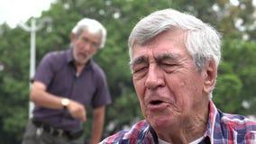 Decepción sobre hombre mayor alcohólico almacen de video