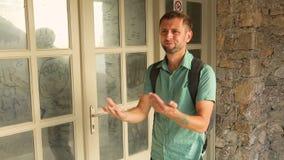 Decepcionado turístico masculino para ver el museo cerrado y abandonado, emociones en cara metrajes